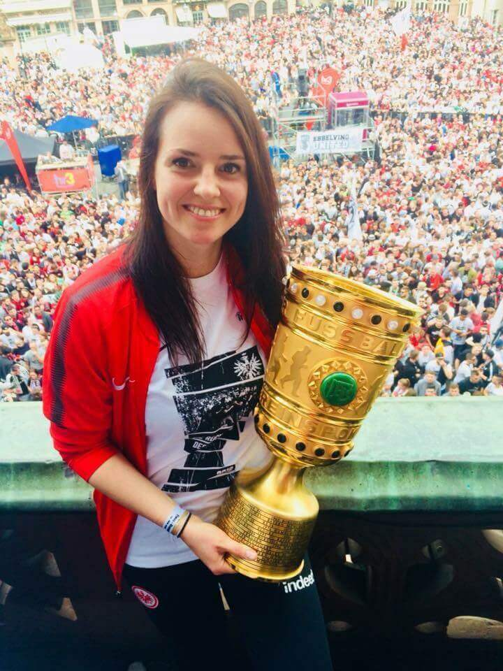 Annemarie-Steiin-mit-DFB-Pokal